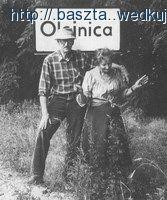 W.Szymborska i K.Filipowicz na tle tablicy drogowej